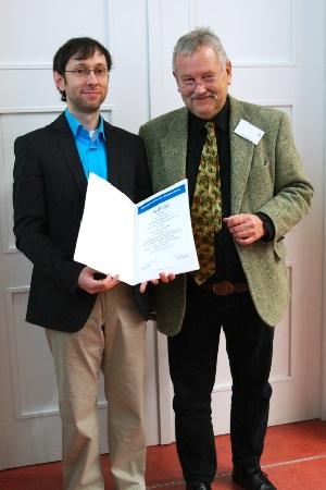 Enrico Schicketanz bekommt von Stig Förster den Wilhelm-Deist-Preis